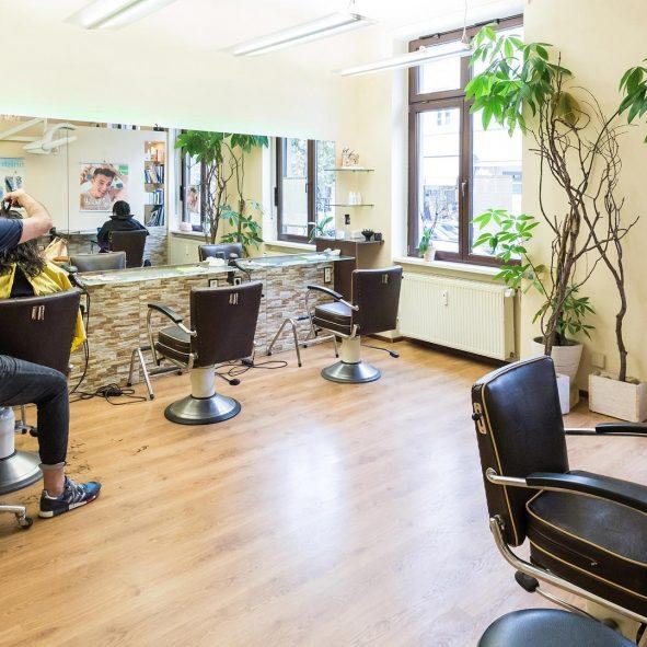 Im Natursalon, Marc Motsch beim Haare schneiden